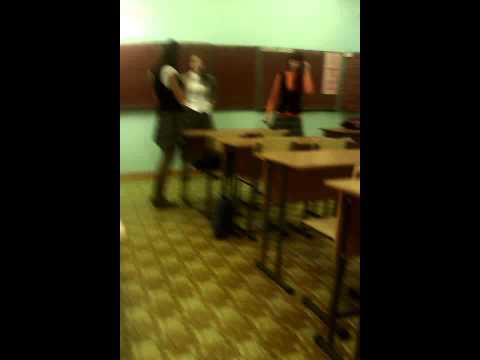 Заглянул ПОД ЮБКУ девушки в школе и его избили. - YouTube