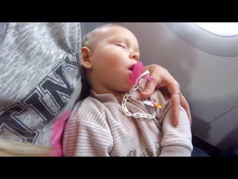 Как лететь в самолете с малышом 1 год. Как лететь с грудным ребенком в самолете. Перелет с ребенком.