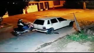 Se robó un auto empujándolo con una moto