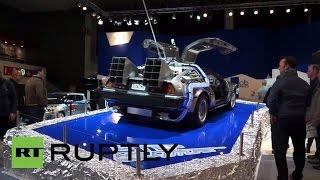 На Брюссельском автосалоне представили точную копию автомобиля из фильма «Назад в будущее»
