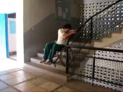 Subir y bajar escaleras con el pasamanos en silla de - Pasamanos de escalera ...