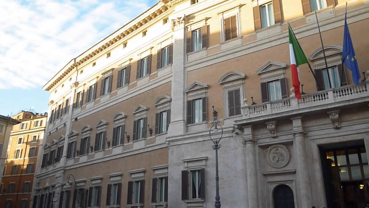 Palazzo del parlamento italiano a roma montecitorio al for Il parlamento italiano