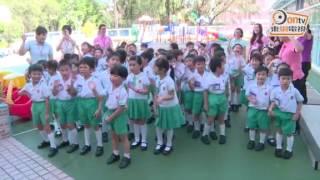 彭麗媛探訪幼稚園 親吻學童贈彩筆作禮物