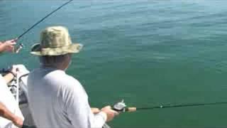 Lindao pescando um peixe galo