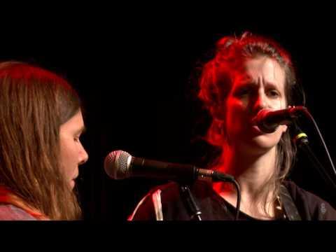 Anna & Elizabeth - Goin' Across The Mountain (eTown webisode #1003)