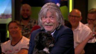 VI Oranje Blijft Thuis: Johan Derksen met hond op schoot