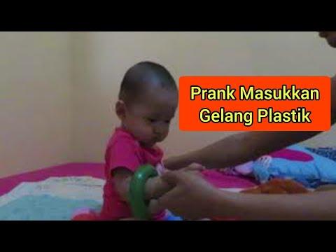 prank-masukkan-gelang-plastik-di-tangan-hayya😂