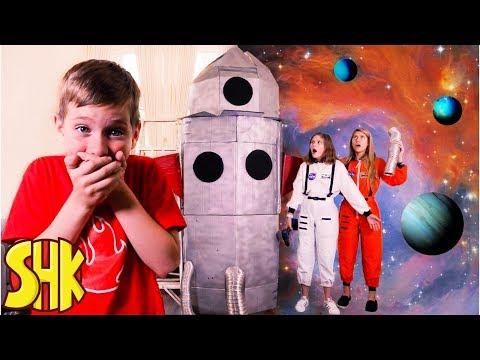 Rocket To The Moon! Noah's Sneaky Joke On His Sisters! SuperHeroKids