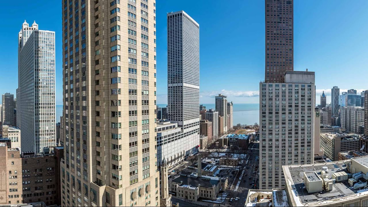 Tour A 2 Bedroom ½ Bath At The Chicagoan Apartments In River North