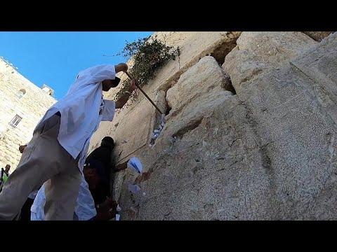 شاهد: إفراغ فجوات في حائط البراق من رسائل تضمنت أمنيات يهودية ودعوات  للرب …