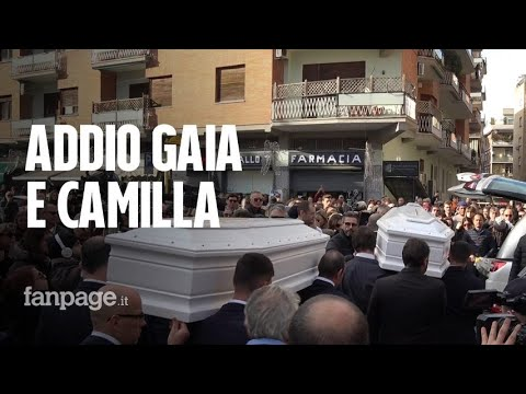 Funerali di Gaia e Camilla: una folla commossa per l'ultimo saluto alle due 16enni investite