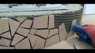 Облицовка полукруглой ступеньки битой мозаикой (отходы плитки)