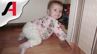 видео Во сколько месяцев ребенок начинает ползать, сидеть, ходить