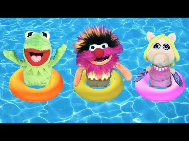 Muppet babies en espan?ol: fiesta y juegos en la piscina con La cerdita Peggy y la Rana Gustavo