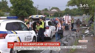 Після ДТП пасажирського автобуса на Вінничині у лікарні залишаються двоє людей