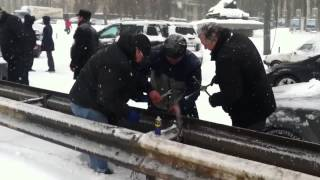 Коллапс в Киеве,Снегопад, Дороги. март 2013(Водители разбирают отбойник на дороге чтобы хоть как-то выбраться из многокилометровой пробки., 2013-03-24T21:43:11.000Z)