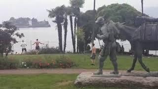 Il ritorno alla normalità: i ragazzini giocano a pallone sul lungolago