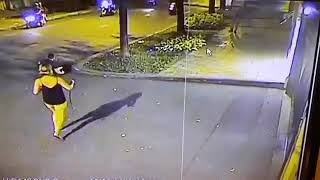 Hai du khách nước ngoài bị cướp giật túi xách khi đi bộ trên vỉa hè Sài Gòn gây phẫn nộ