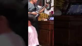 帥氣的老爹測試電吉他影片