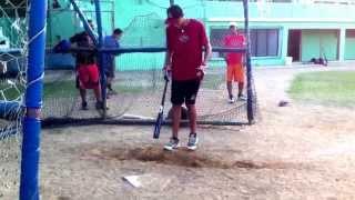 Carlos Vargas sacando la bola en práctica de bateo (julio 2 2015)