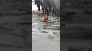 Улак чаап жатса сууга түшүп кетип, Кыωτын кыρααн чиλΔεсинΔε музду сууга тγωγπ τααπ чыккан жигит😀👍