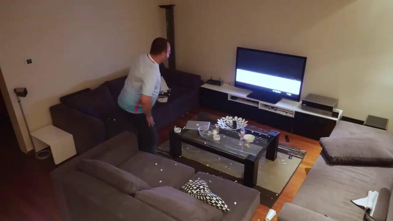 Скрытая камера жена смотрит телевизор на диване видео