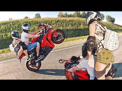 Мини дальняк с ДЕВУШКОЙ В ШОРТАХ на спортивном мотоцикле -  180 км в час НА ЗАДНЕМ КОЛЕСЕ