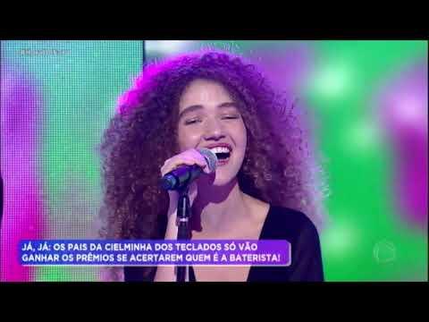 Anavitória canta seus maiores sucessos no palco do Hora do Faro