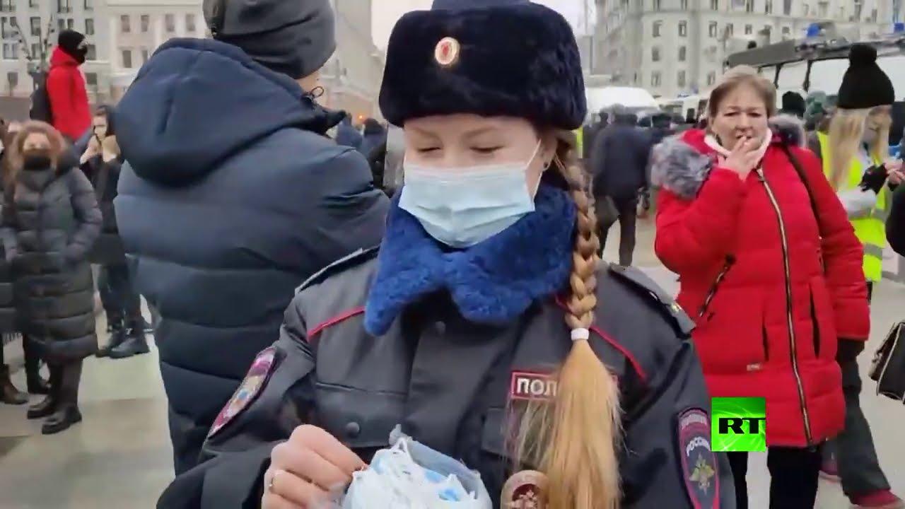 الشرطة توزع الكمامات على المتظاهرين في موسكو  - 13:58-2021 / 1 / 23