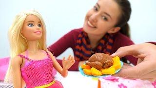 Видео для девочек: Кукла Барби готовит обед