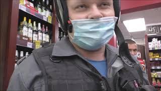 Борзый охранник-инвалид показывает пример высококультурной беседы. Магазин трусливо закрылся.