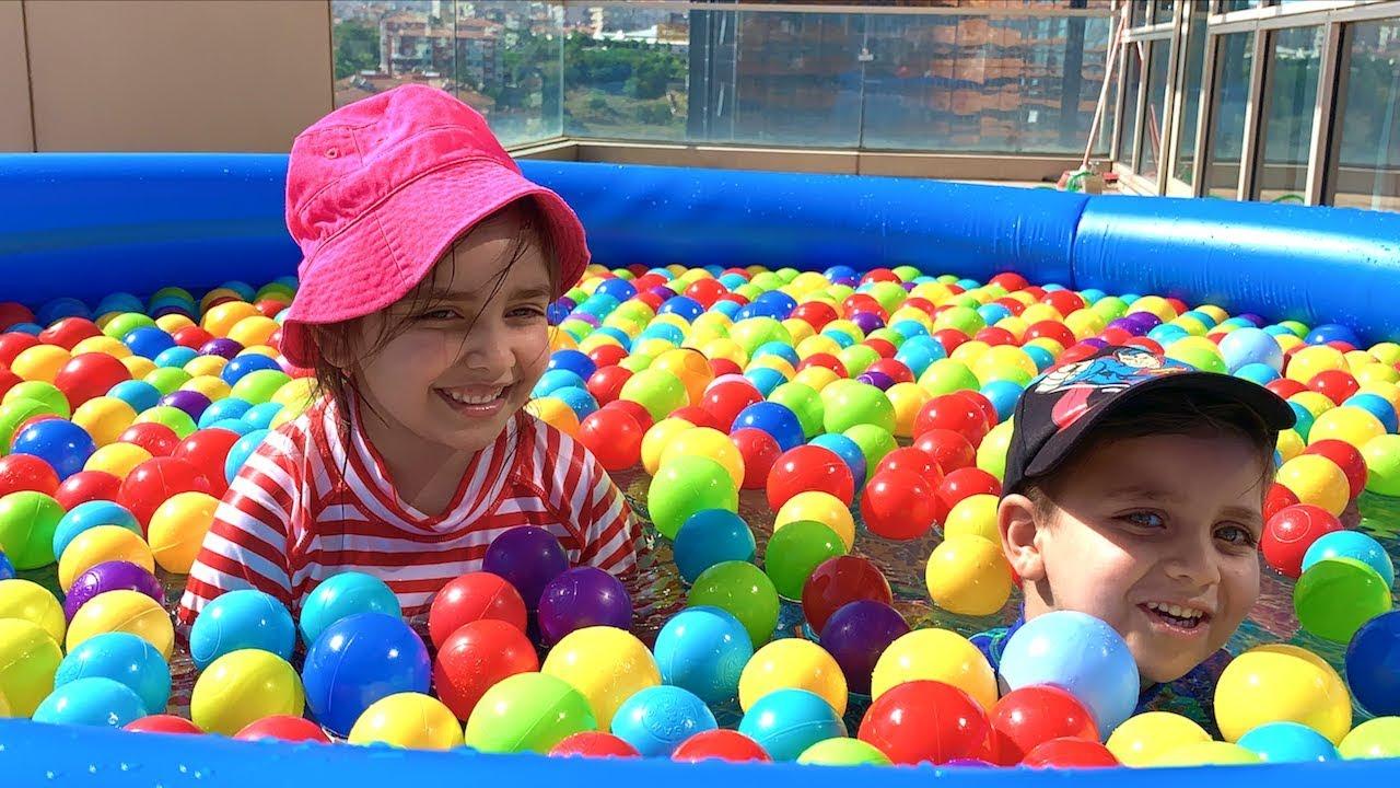 Terasa Dev Havuz Kurup içine Renkli Toplar Attık Azra Selim Johny Johny Yes Papa Pool full of Balls