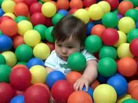 Baby Sphère baby in the ball pit - youtube