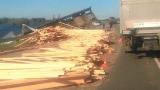 Деревянные брусья преградили путь югорским водителям