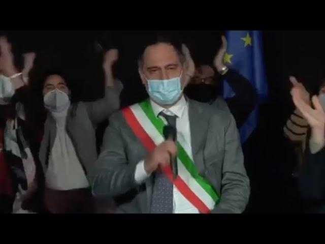Procida capitale italiana della cultura: la gioia del sindaco e gli abbracci senza timore del...