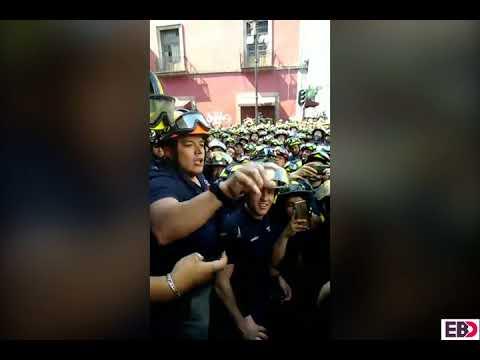 Bomberos atacan y golpean a reporteros