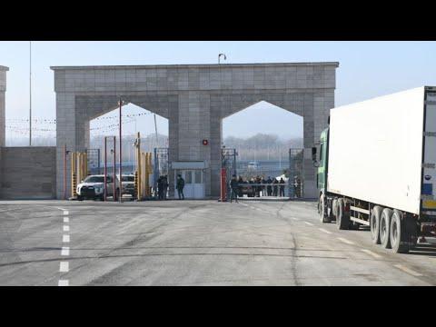 Люди уже месяц как ночуют на улице на границе РФ и Азербайджана.