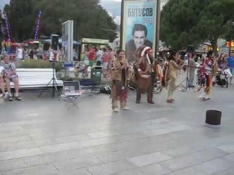 Смотреть клип Потрясающая народная музыка/Индейские музыканты в Ялте, Крым онлайн бесплатно в качестве