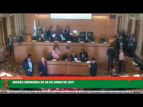 PROTESTO CÂMARA CURITIBA - Servidores jogam dinheiro falso sobre os vereadores