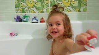Играем в ванной ищем сюрпризы в пене. Развлечения для детей