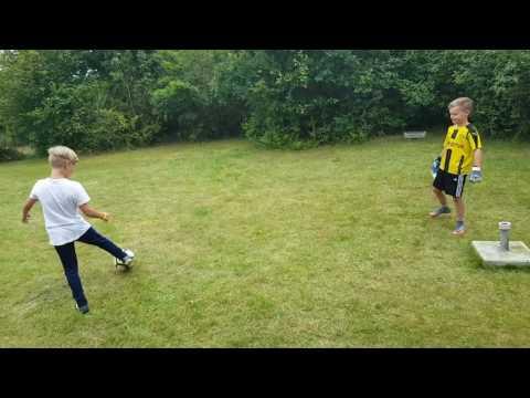Eigil spiller fodbold med Sander.