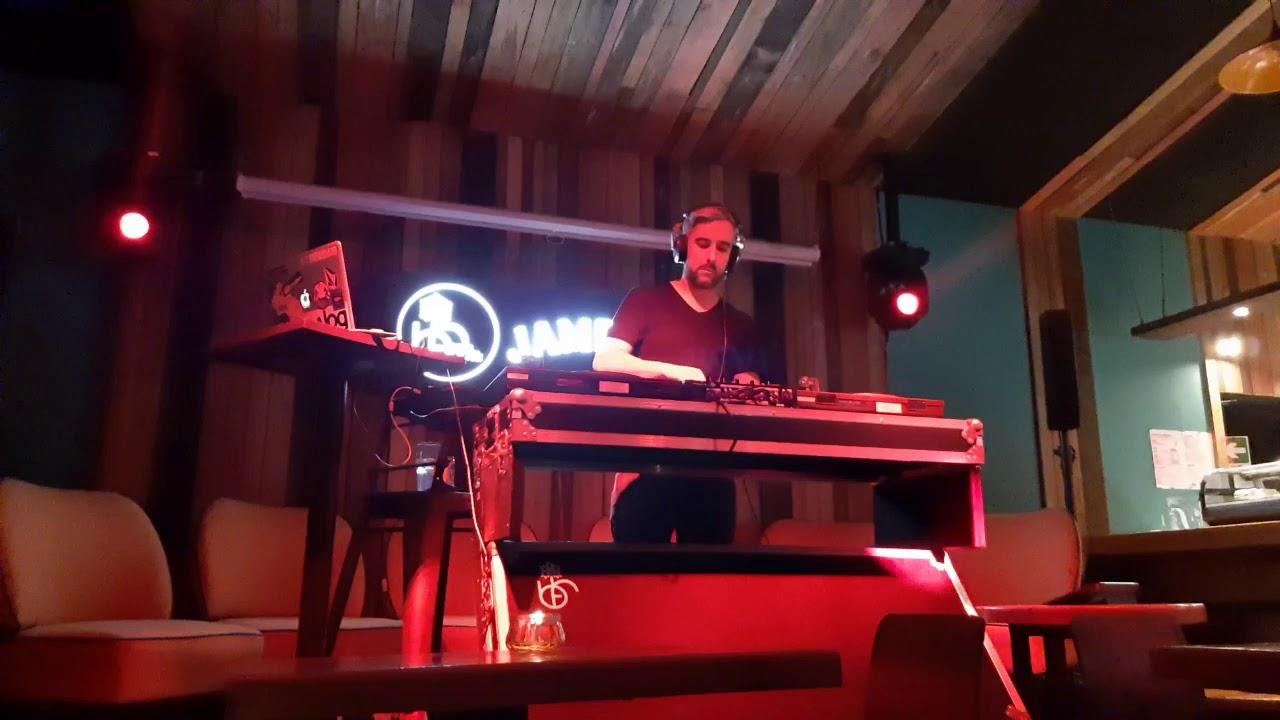 Compartiendo en el Black Forest Pucón con buena música