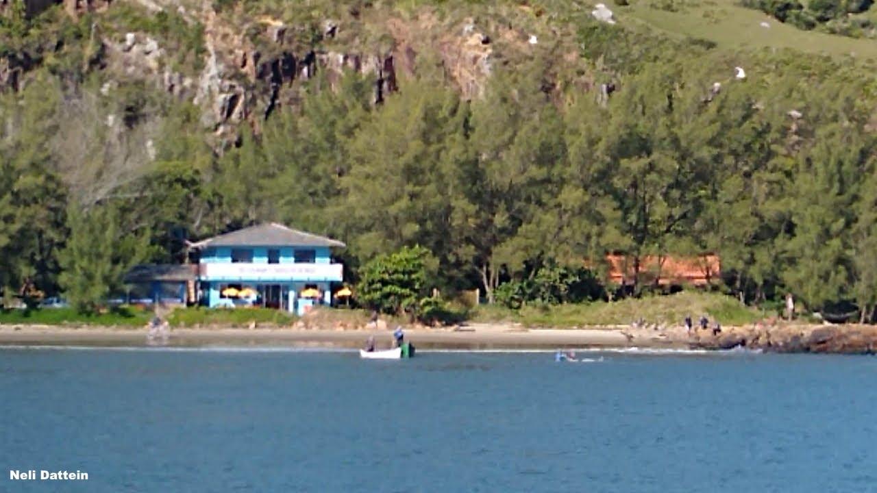 Laguna, SC, Boto desvencilhado com vida da tarrafa. Pescadores ajudaram, Molhes da Barra, 23/05/21.