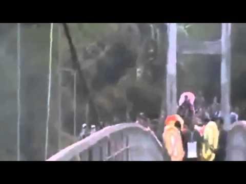 Cận Cảnh Clip Kinh Hoàng đứt cáp treo làm Sập Cầu Treo Tại Lai Châu 8 Người Chết