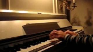 Tor spiller rudolf er rød på nesen på piano