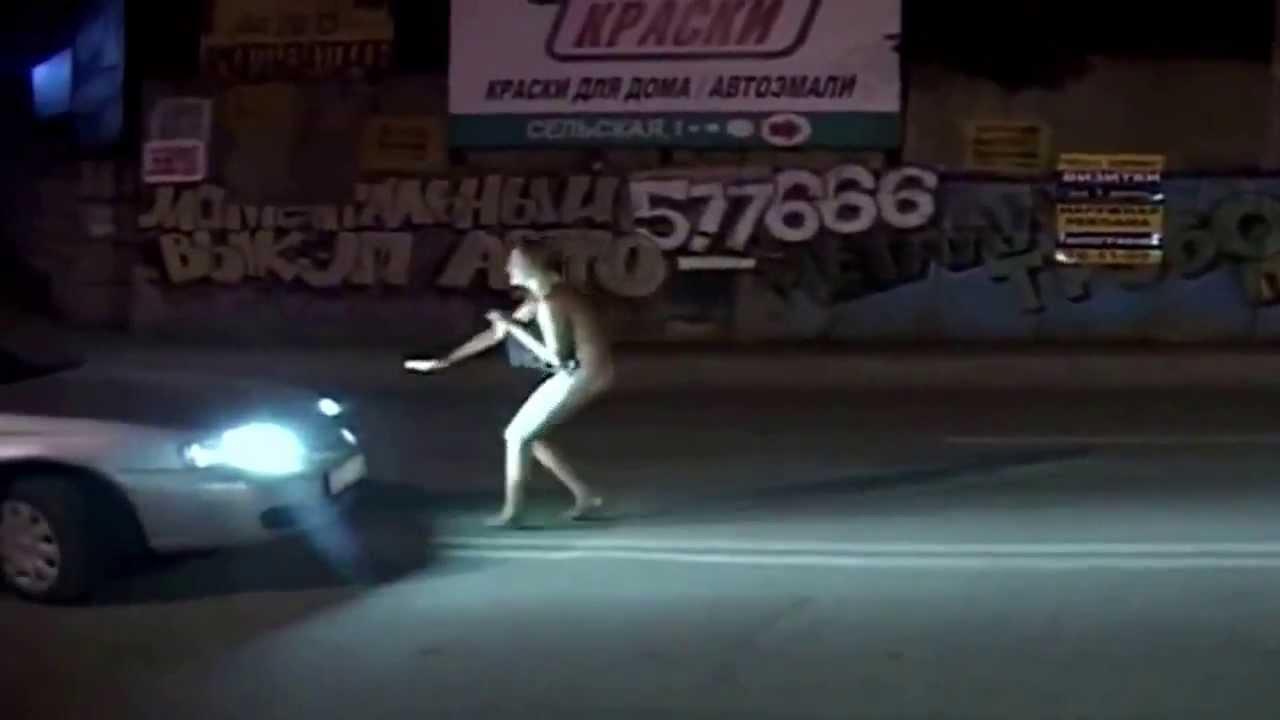 Посмотреть видео гуляет голая в подъезде пизду крупным планом