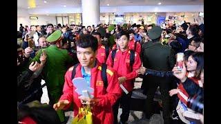 Tuyển Việt Nam về đến sân bay Nội Bài, bị vây kín bởi CĐV | 13 12 2018