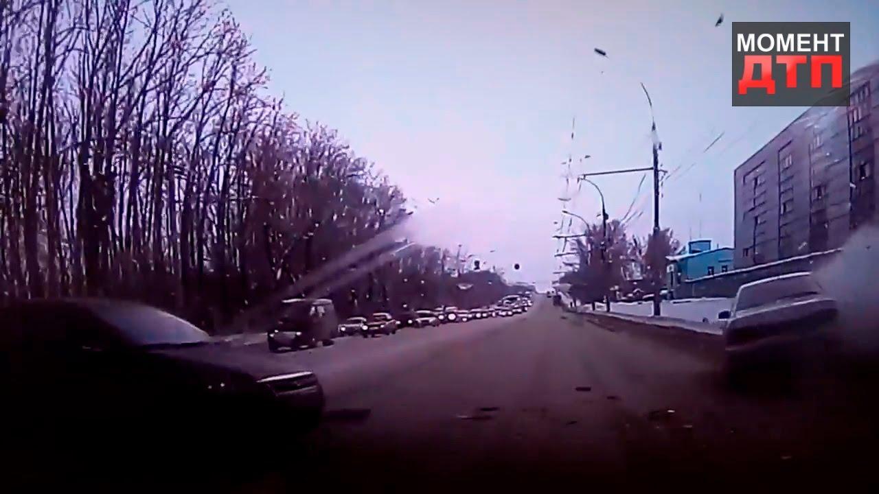 Момент ДТП: Столкнулись мазда 6, нива, матиз, Казань, 23.11.2016