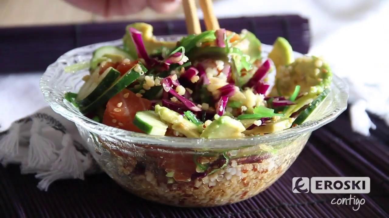 Bol de poke con quinoa, salmón y aguacate