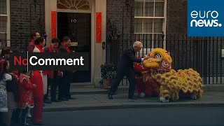 شاهد: بوريس جونسون يستقبل تنينين صينيين في مكتبه بداونينغ ستريت…